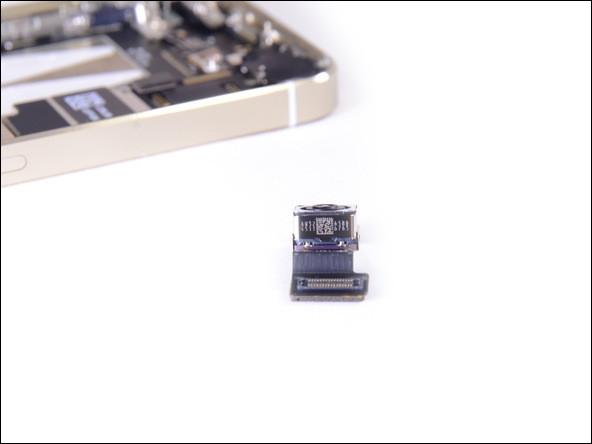 镜头背部标签   马上进入我们拆机最重要的环节拆解主板。此次iPhone 5s采用小板设计,主要芯片还是集中在电池右侧的这个细长的主板之上,我们经过之前的预备工作,零部件和排线已经拆的七七八八,等我们再次检查没问题时候,使用撬棒直接撬下主板即可。