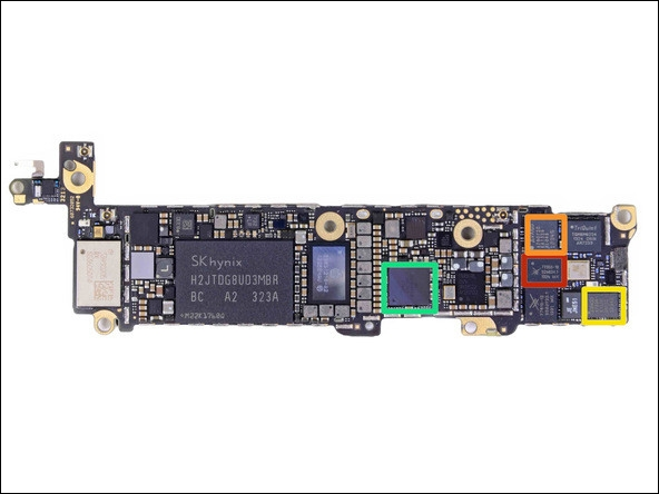 主板芯片介绍   看完了前面,我们在看看最吸引人的背后的逻辑主板。其中方框所示红色为苹果A7 APL0698 SoC(基于此传闻后,标记F8164A1PD显示RAM可能为1GB容量)、橙色为高通MDM9615M LTE现代芯片、黄色为高通WTR1605L LTE / HSPA + / CDMA2K / TDSCDMA / EDGE / GPS收发器。当我们查找M7运动协处理器时,并没有找到一个单独的集成电路,也许它是额外构建到A7处理器里面的一个芯片。